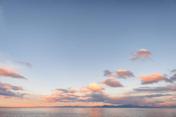 Schöne Wolkengebilde über dem Meer bei Sonnenuntergang. – Foto