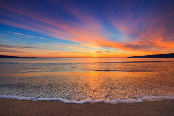Schöne Wolkengebilde über das Meer, Sonnenaufgang erschossen – Foto