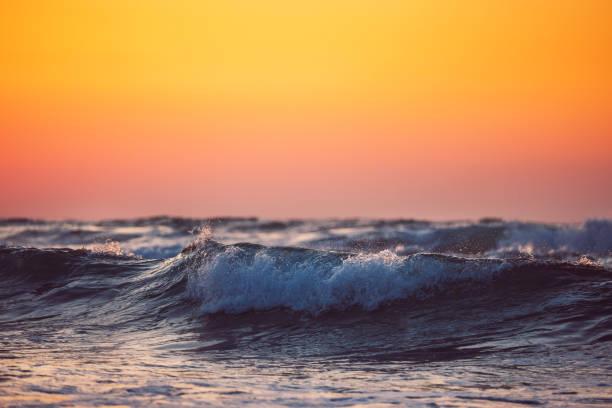 Schöne Wolkenlandschaft über dem Meer, Sonnenaufgang geschossen – Foto