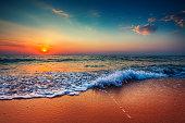 美しい海、雲模様の日の出の写真
