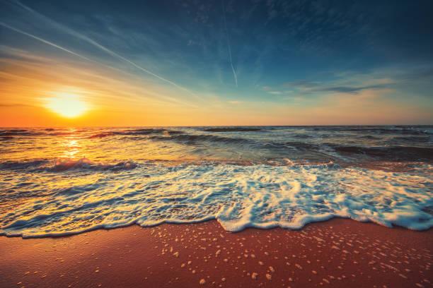 красивый облачный пейзаж над морем, восход солнца выстрел - sunset стоковые фото и изображения