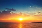 美しい雲模様の、海の夕日
