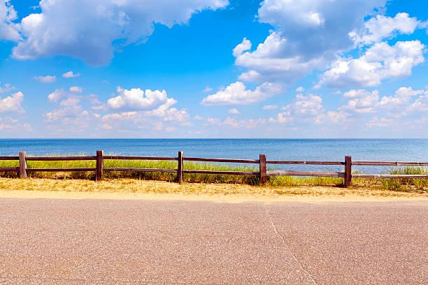 wunderschöne küste mit bewölkten himmel - lake michigan strände stock-fotos und bilder