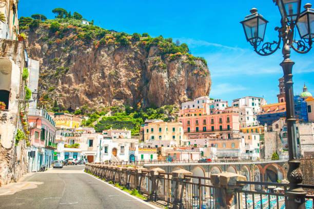 Schöne Küstenstädte Italiens - malerisches Amalfi-Dorf an der Amalfiküste – Foto