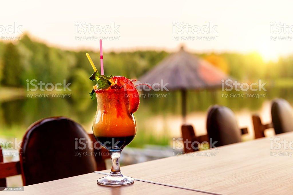 Bellissimo cocktail sulla spiaggia al tramonto - foto stock