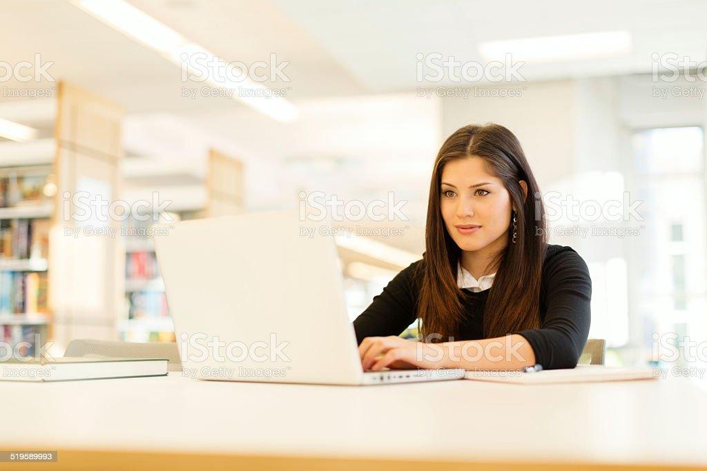Schöne Student auf Laptop – Foto
