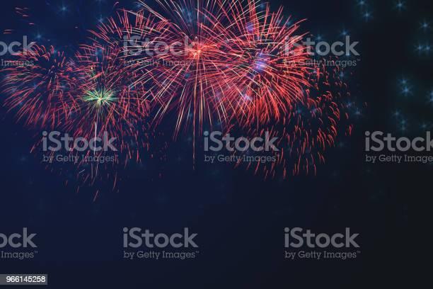 Mooie Kleurrijke Vuurwerk Op Viering Nacht Weergeven Stockfoto en meer beelden van Abstract