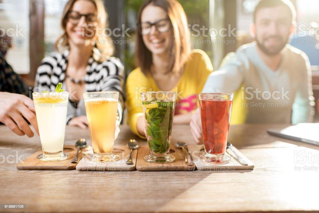 Schöne bunte heißen Tee auf dem Tisch – Foto
