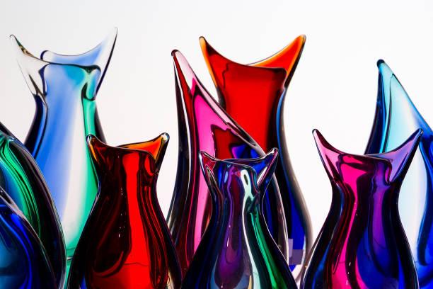 schöne bunte murano-glas handgefertigt in venedig, italien auf dem weißen hintergrund - vase glas stock-fotos und bilder