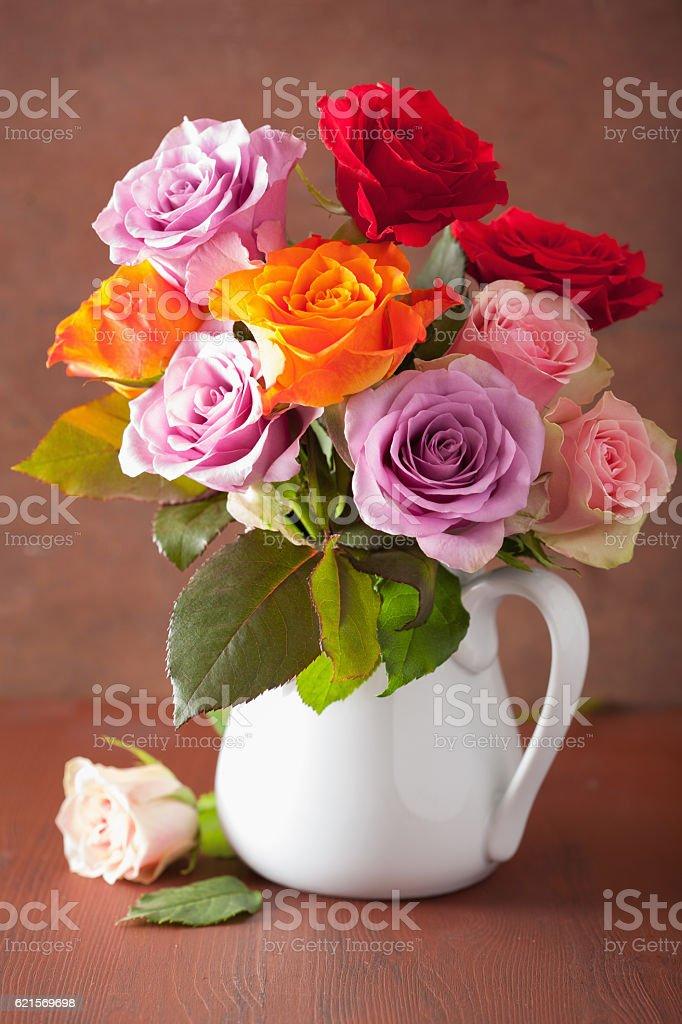 Schöne bunte Rosen Blumen Blumenstrauß in einer Vase Lizenzfreies stock-foto