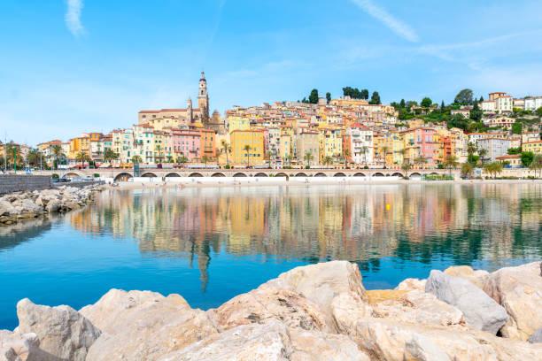 schöne bunte stadt menton an der côte d ' azur, cote d ' azur, frankreich - nizza sehenswürdigkeiten stock-fotos und bilder