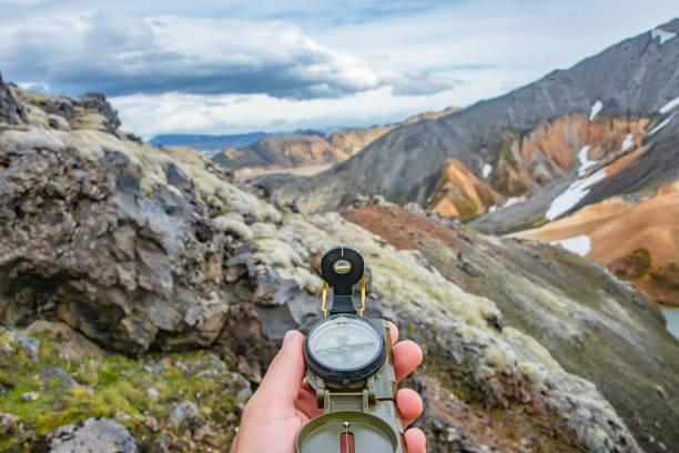 Schöne bunte Vulkanberge Landmannalaugar und ein Kompass in den Händen, Island – Foto