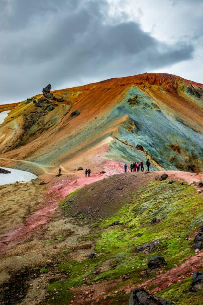 Schöne bunte Vulkanberge Landmannalaugar und Wanderer auf dem Weg, Island – Foto