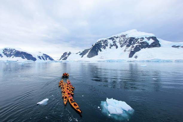 Hermoso coloridos kayaks en el mar azul, Península Antártica - foto de stock
