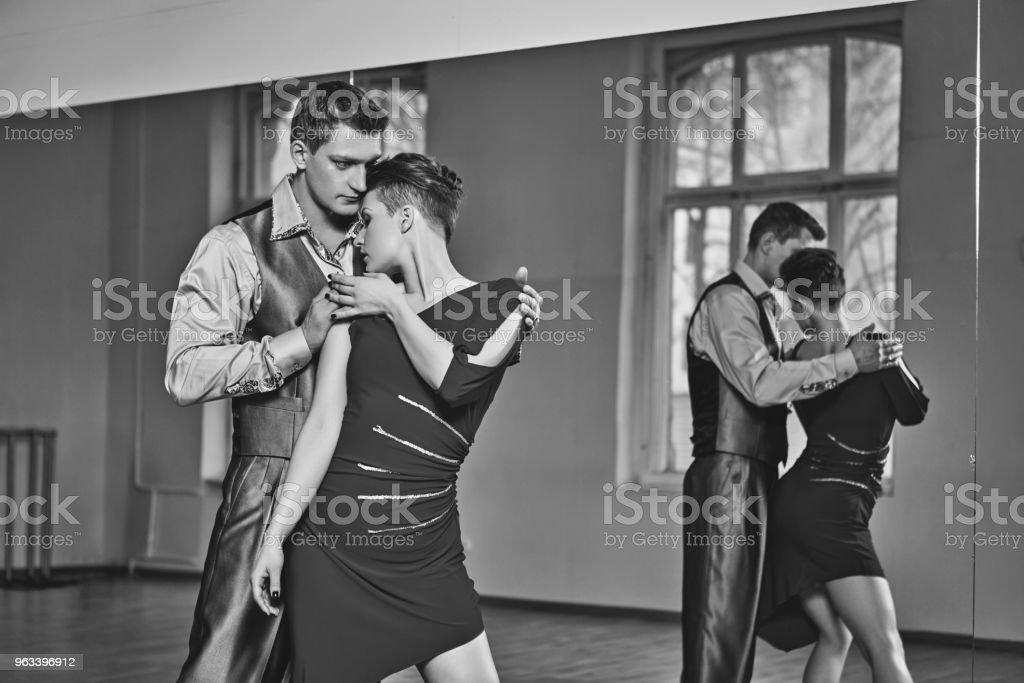 piękna para tańcząca tango - Zbiór zdjęć royalty-free (Czerwony)