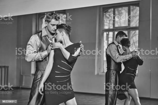 Piękna Para Tańcząca Tango - zdjęcia stockowe i więcej obrazów Czerwony