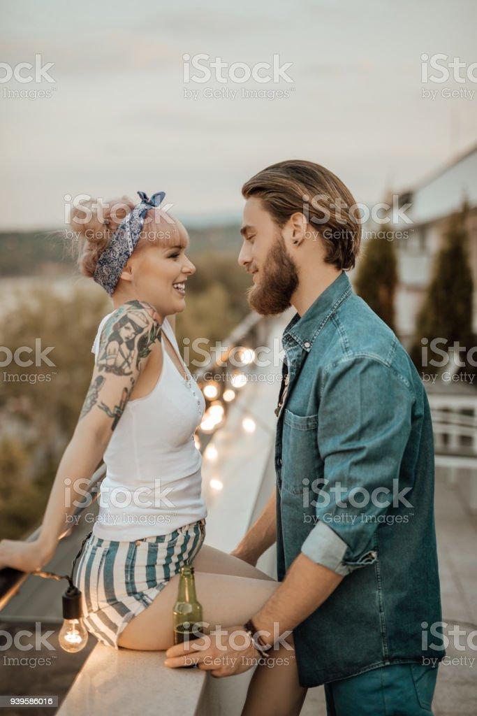 Schönes paar flirten auf einem Balkon – Foto