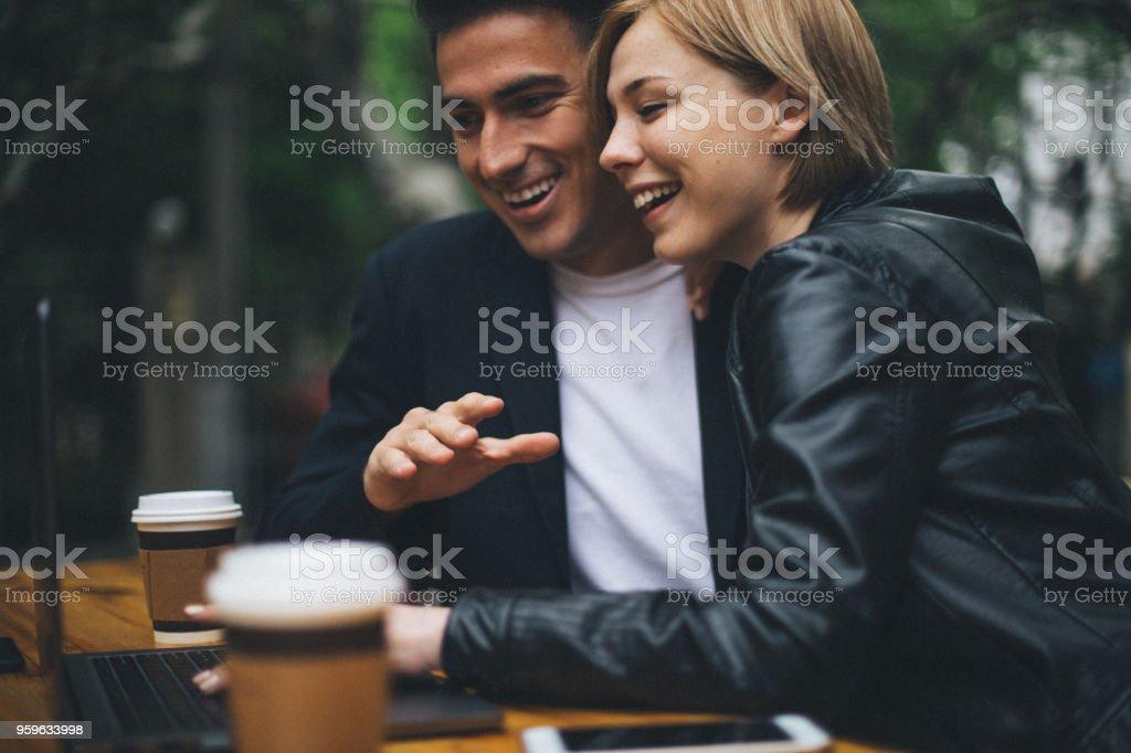 Hermosa pareja en café internet - Foto de stock de Adulto libre de derechos