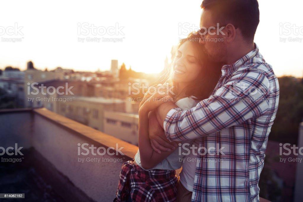 屋外デートと笑顔の愛の美しいカップル - カップルのロイヤリティフリーストックフォト