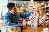 美しいカップルの愛がサーフボードのカフェ