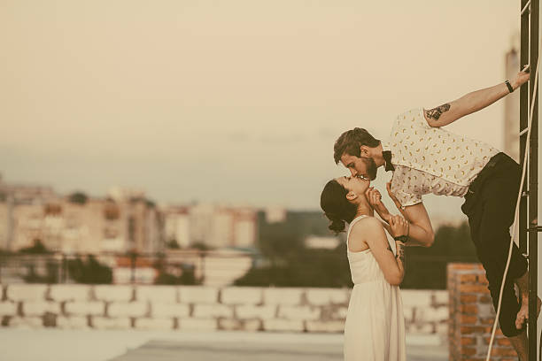 schöne paar in der stadt - hochzeitsfrisur twilight stock-fotos und bilder