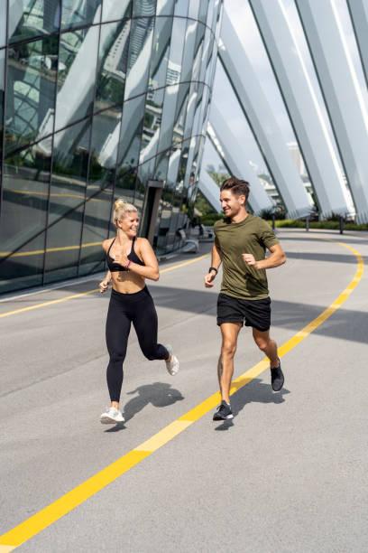 Schönes Paar läuft auf der Straße. Joggen im Freien – Foto