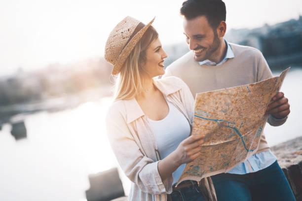schönes paar, reisen und besichtigungen - romantische karten stock-fotos und bilder