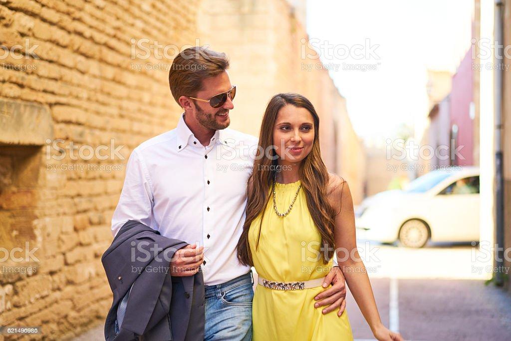 beautiful couple walking along town wall photo libre de droits
