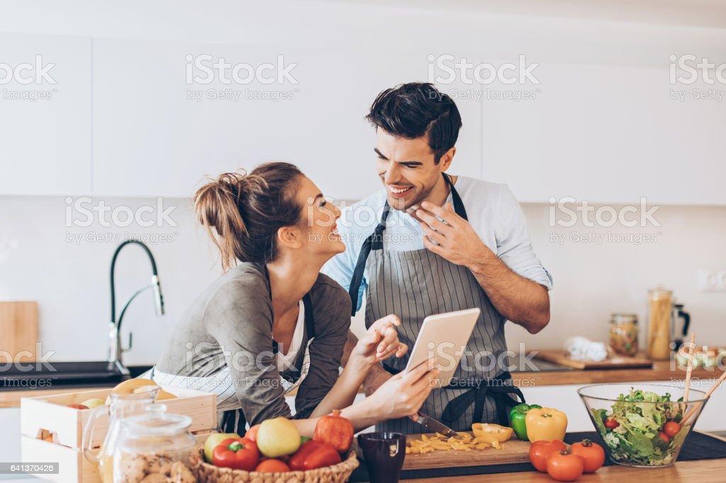 Mooie paar met digitale tablet in de keuken royalty free stockfoto