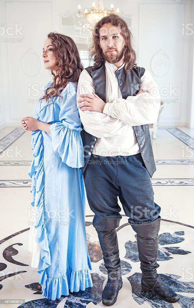 Hermosa pareja Mujer y hombre en ropa de medieval foto de stock libre de  derechos 60950562fdf