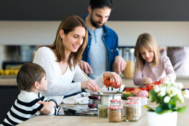 Schöne niedliche Familie, die Spaß beim gemeinsamen Kochen in der Küche zu Hause. – Foto