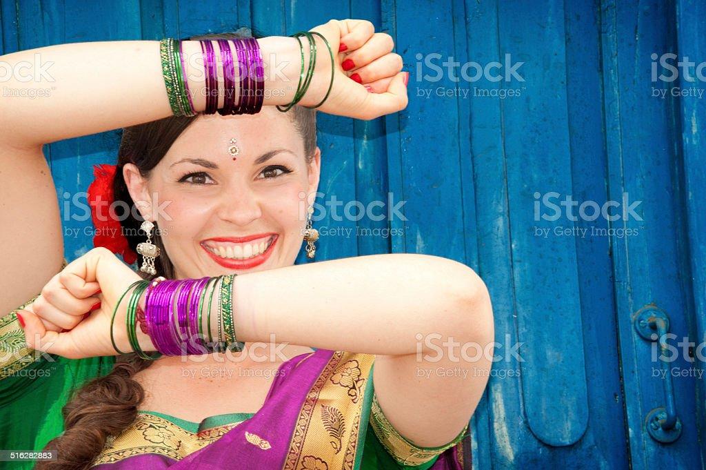 Schöne Tänzerin in Indischer Sari – Foto