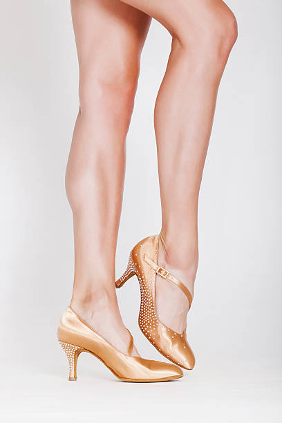 schöne tänzerin beine - schlanke waden stock-fotos und bilder