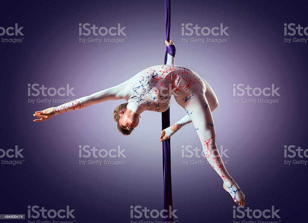Schöne Tänzerin auf aerial Seide, Luftaufnahme contortion, Luftaufnahme Bänder – Foto