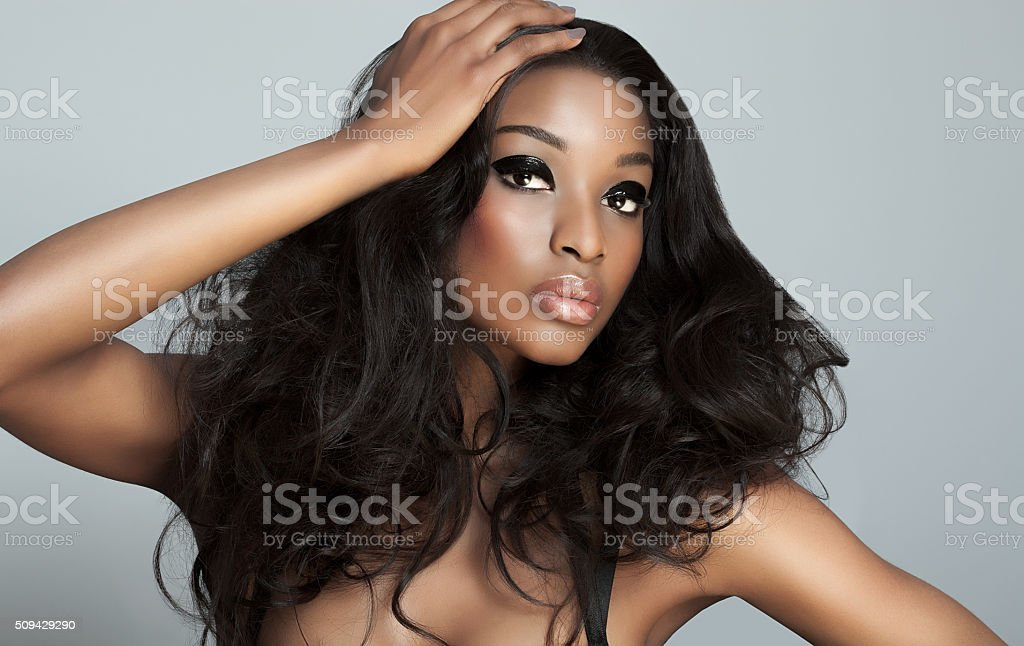 Hermosa mujer oscuro - foto de stock