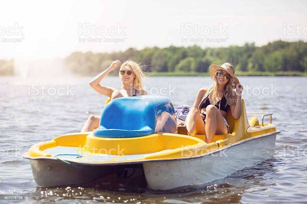 Hermoso día en el lago - foto de stock