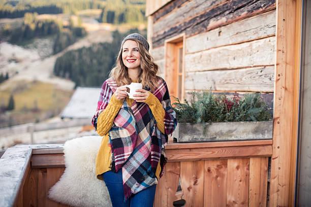 schönen tag auf die berge - veranda decke stock-fotos und bilder
