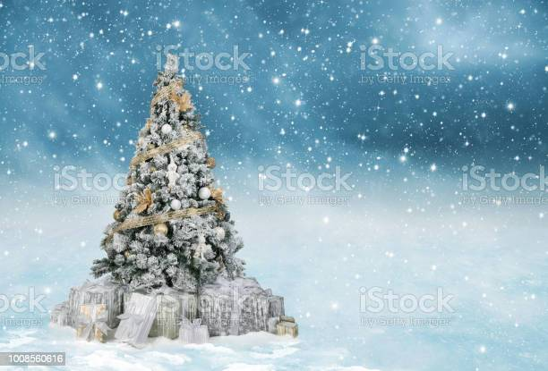 Beautiful decorated christmas tree in gold and white colors in a blue picture id1008560616?b=1&k=6&m=1008560616&s=612x612&h=pyqwbgabuzsmzz lscukl74r fgwekjq57yfsimy3zq=
