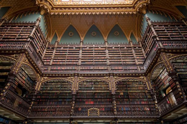 Schöne Dekorationsregale voller antikaler Bücher – Foto