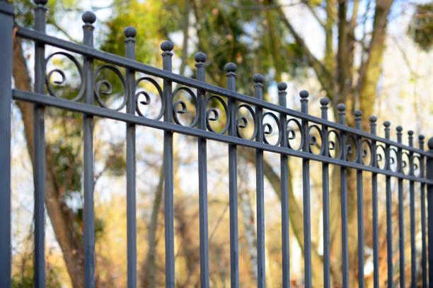 mooie decoratieve gegoten metalen smeedijzeren hek met artistieke smeden. ijzeren leuning close-up. - hek stockfoto's en -beelden