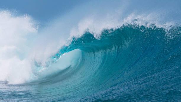 클로즈업: 화창한 날에 태평양 의 아름다운 짙은 파란색 튜브 파도. - 속이 빈 뉴스 사진 이미지