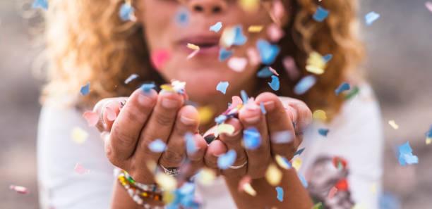 confetti du belle femme défocalisé coup de mains. concept de célébration et d'événement. bonheur et image colorée. mouvement et le bonheur s'amuser - festivité photos et images de collection