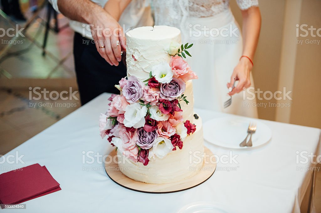Bela delicioso bolo de casamento branco - foto de acervo