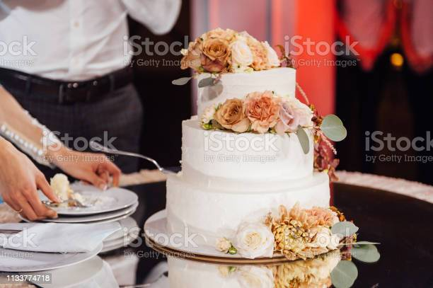 Beautiful delicious white wedding cake wedding day picture id1133774718?b=1&k=6&m=1133774718&s=612x612&h=jtggx3tmliyzhza3m3dr0x4jowqtf2ep9qd9uolymbm=