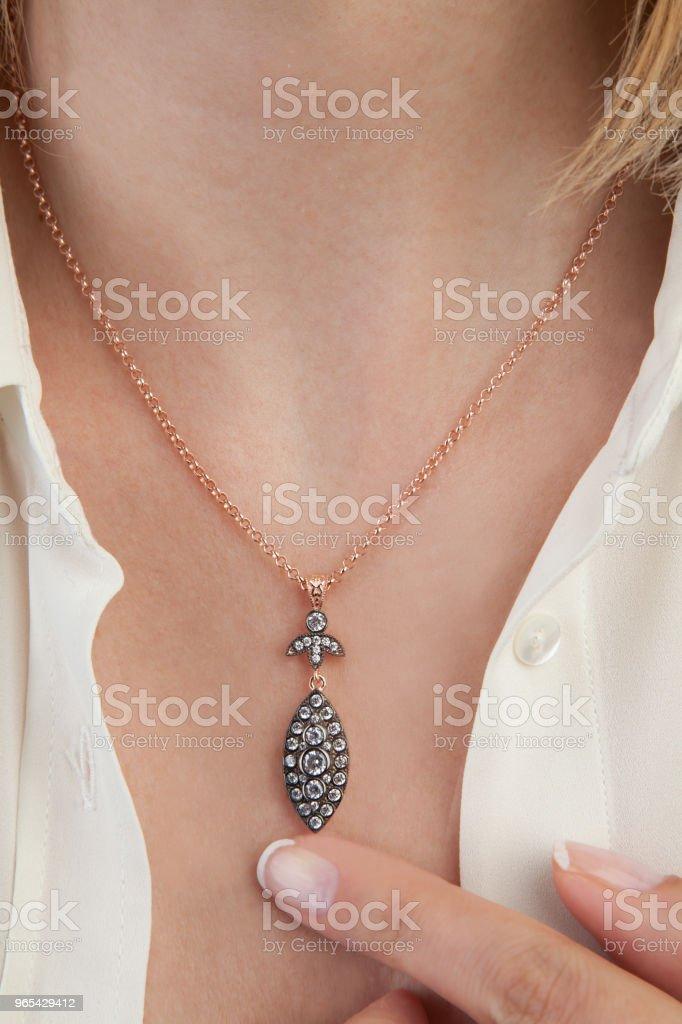 美麗的鑽石項鍊首飾產品攝影 - 免版稅一個人圖庫照片