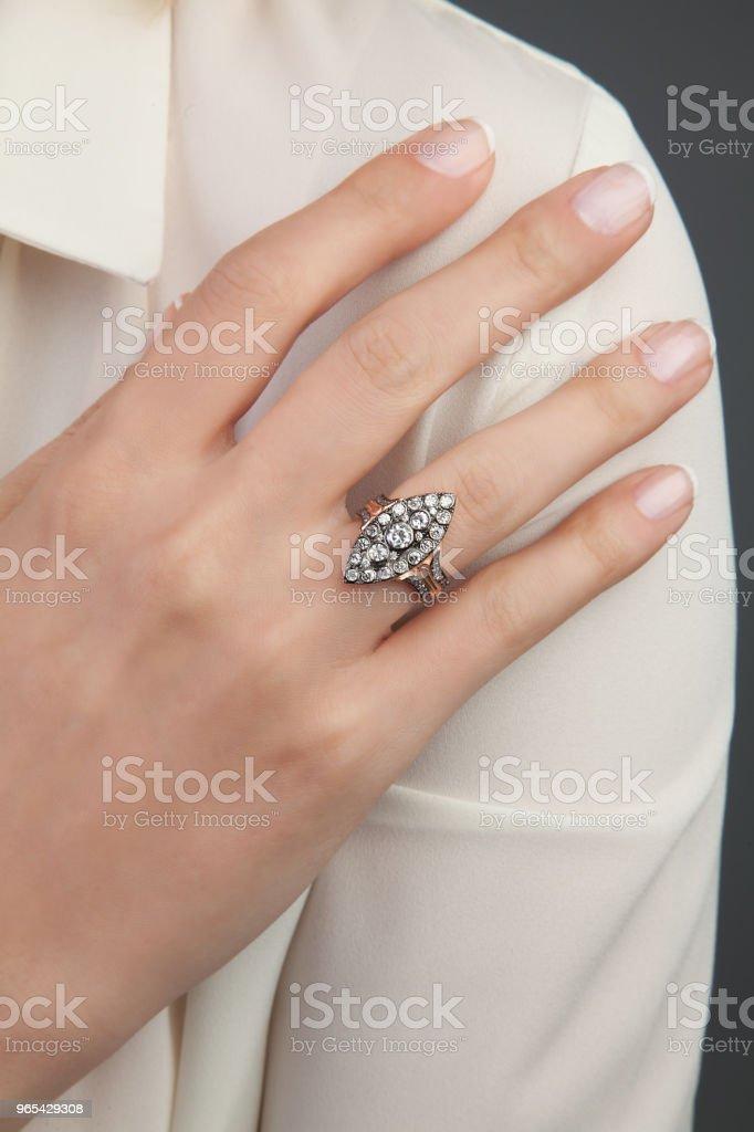 美女鑽石戒指 - 免版稅一個人圖庫照片