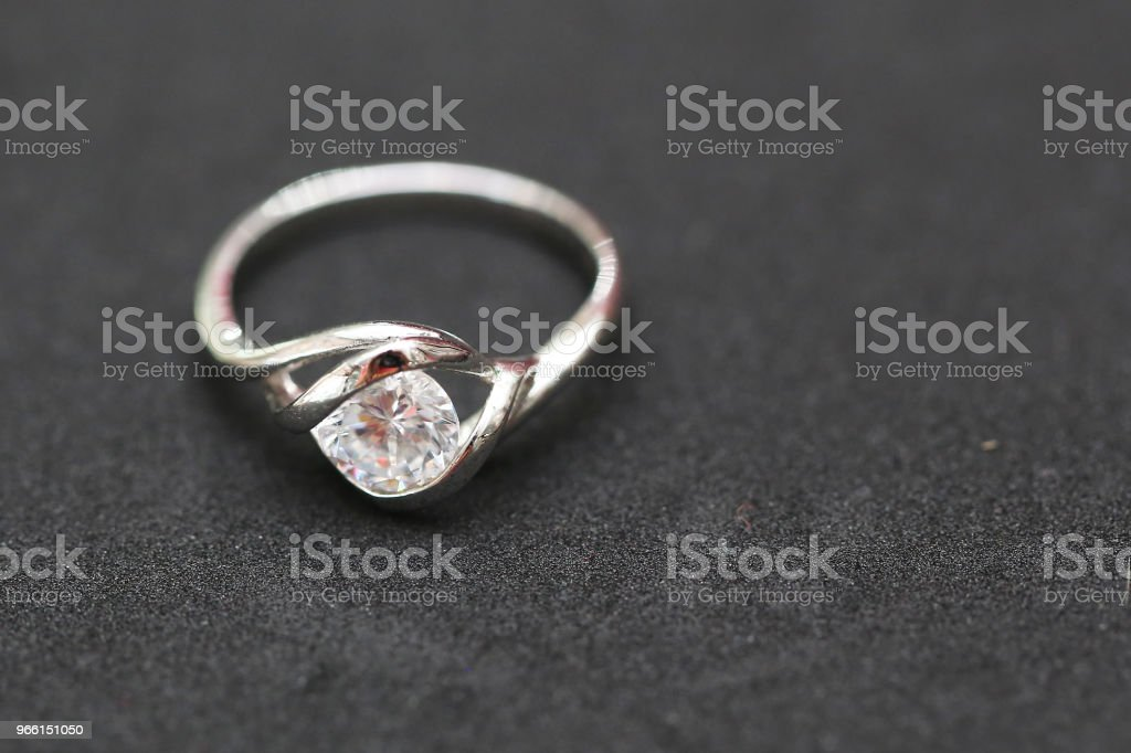 Vacker diamantring - Royaltyfri Dekoration Bildbanksbilder