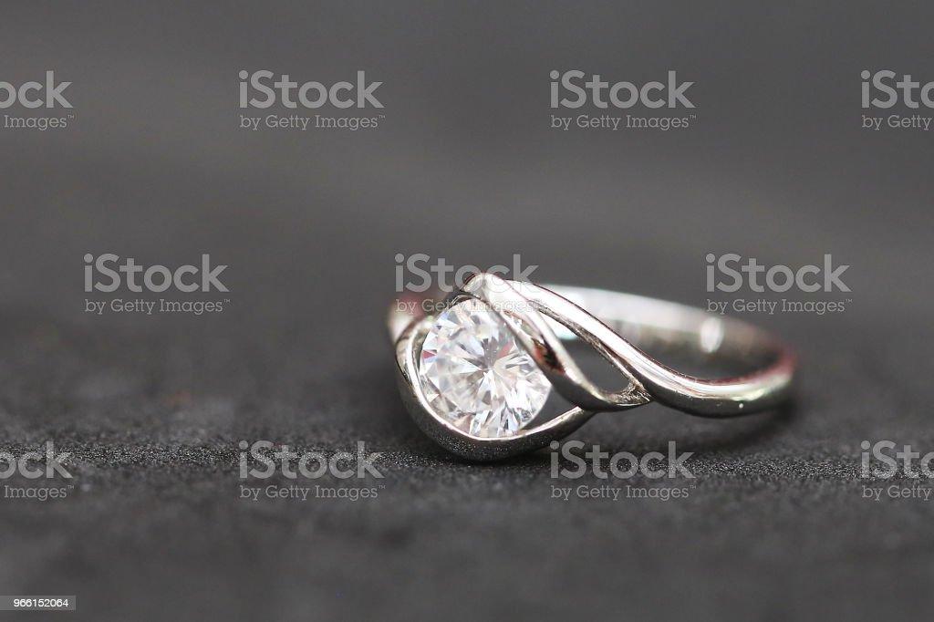 Красивое кольцо с бриллиантом - Стоковые фото Блестящий роялти-фри