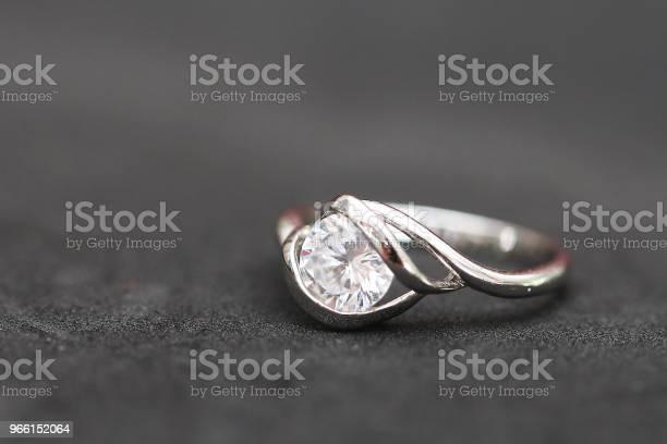 Красивое Кольцо С Бриллиантом — стоковые фотографии и другие картинки Блестящий