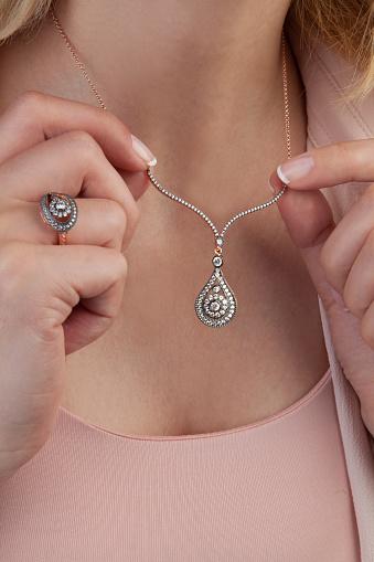 아름 다운 다이아몬드 웨딩 주얼리 선물 세트 개인 장식품에 대한 스톡 사진 및 기타 이미지